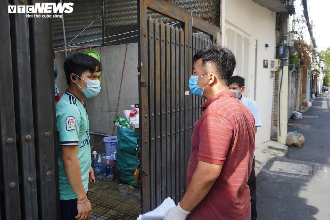 Đi từng ngõ, gõ cửa từng nhà tặng nhu yếu phẩm cho người gặp khó ở TP.HCM - 7