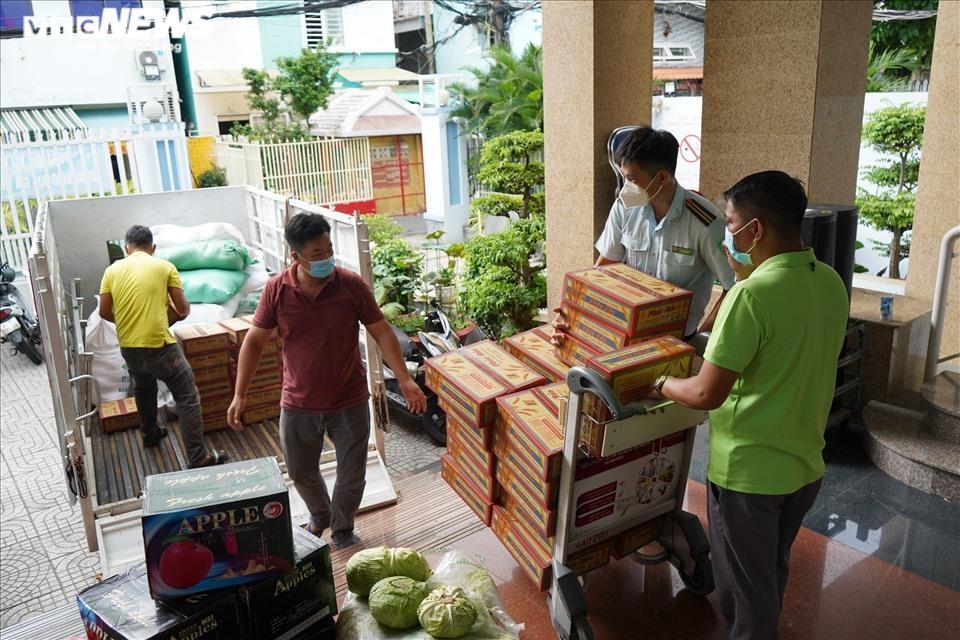 Đi từng ngõ, gõ cửa từng nhà tặng nhu yếu phẩm cho người gặp khó ở TP.HCM - 2