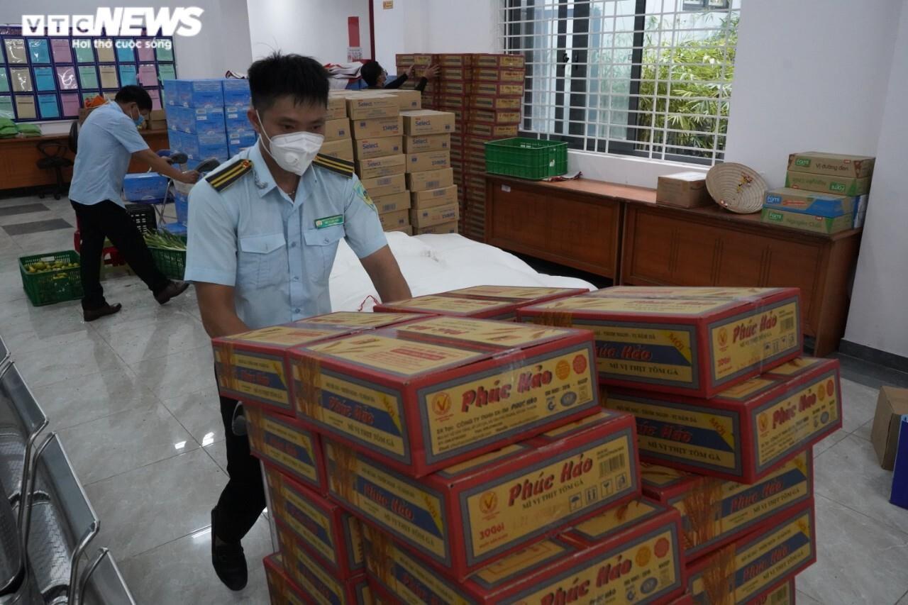 Đi từng ngõ, gõ cửa từng nhà tặng nhu yếu phẩm cho người gặp khó ở TP.HCM - 1