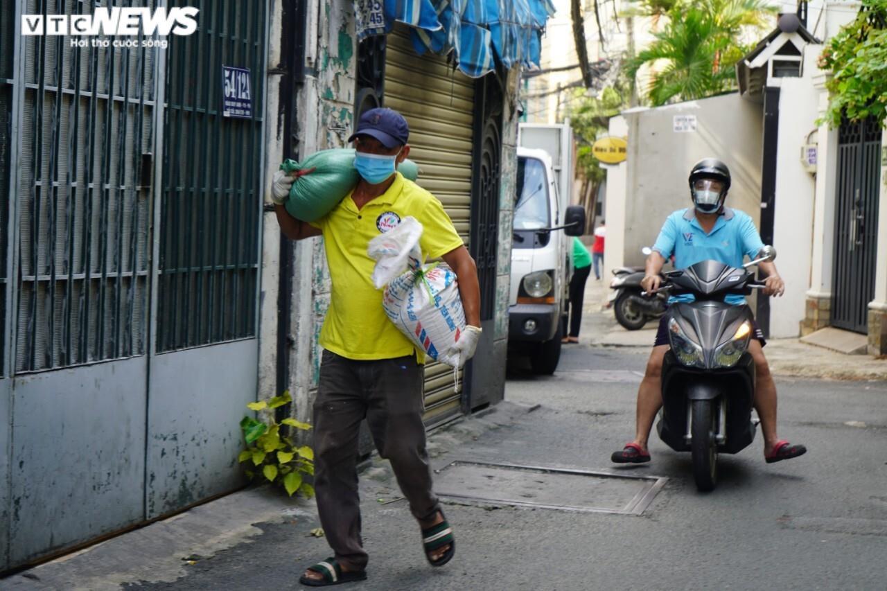 Đi từng ngõ, gõ cửa từng nhà tặng nhu yếu phẩm cho người gặp khó ở TP.HCM - 6