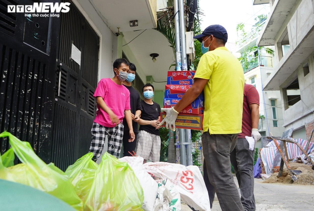 Đi từng ngõ, gõ cửa từng nhà tặng nhu yếu phẩm cho người gặp khó ở TP.HCM - 10