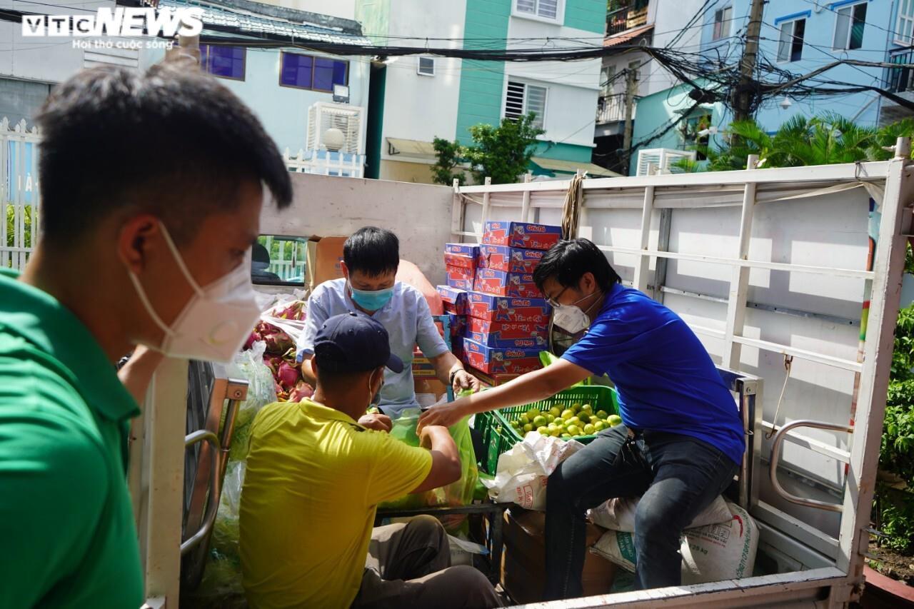 Đi từng ngõ, gõ cửa từng nhà tặng nhu yếu phẩm cho người gặp khó ở TP.HCM - 4