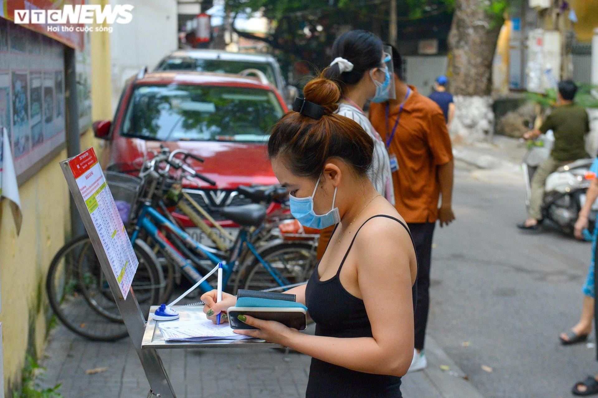 Bên trong điểm bán hàng lưu động mở ngay giữa sân trường ở Hà Nội - 6