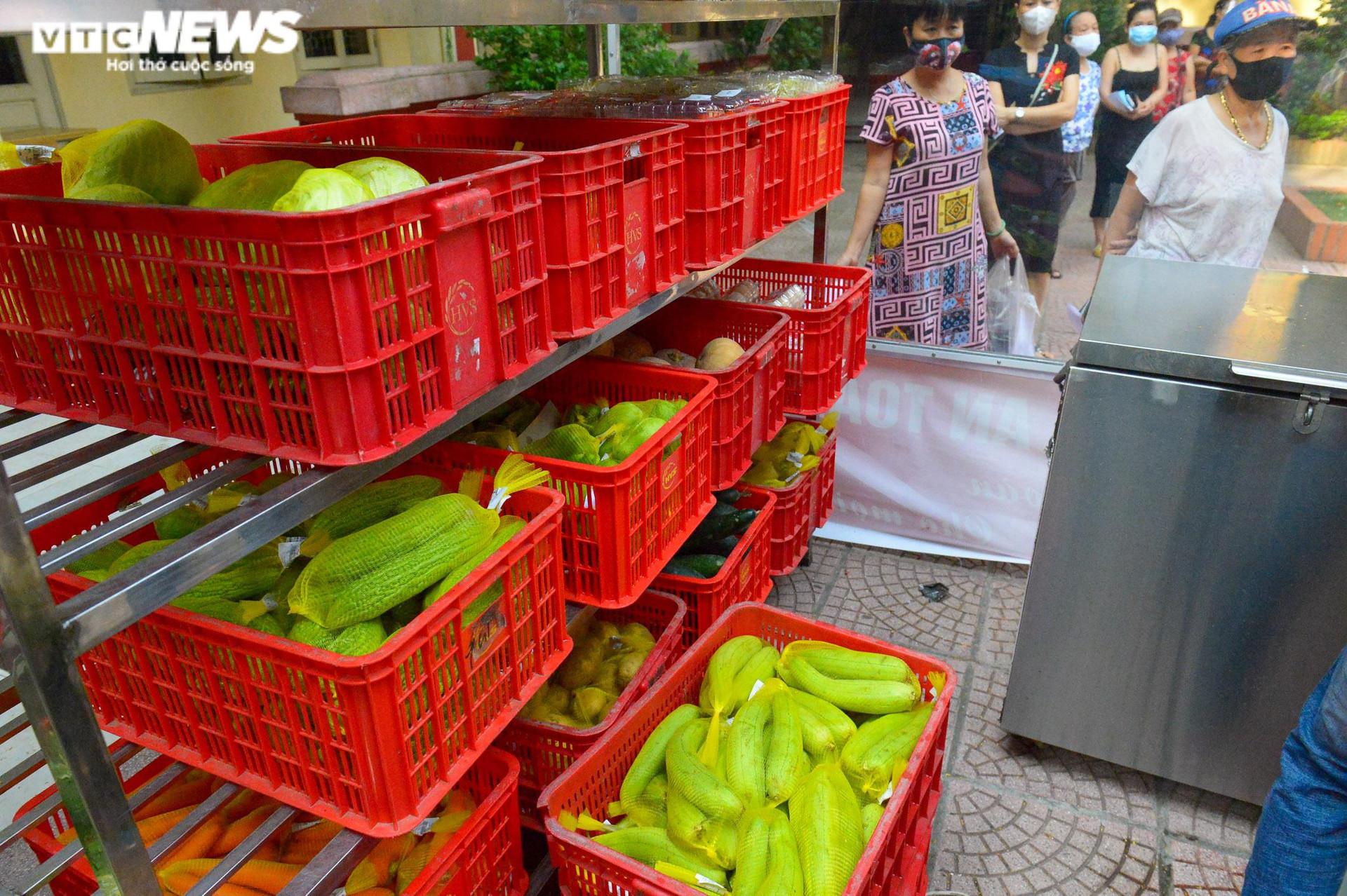 Bên trong điểm bán hàng lưu động mở ngay giữa sân trường ở Hà Nội - 4