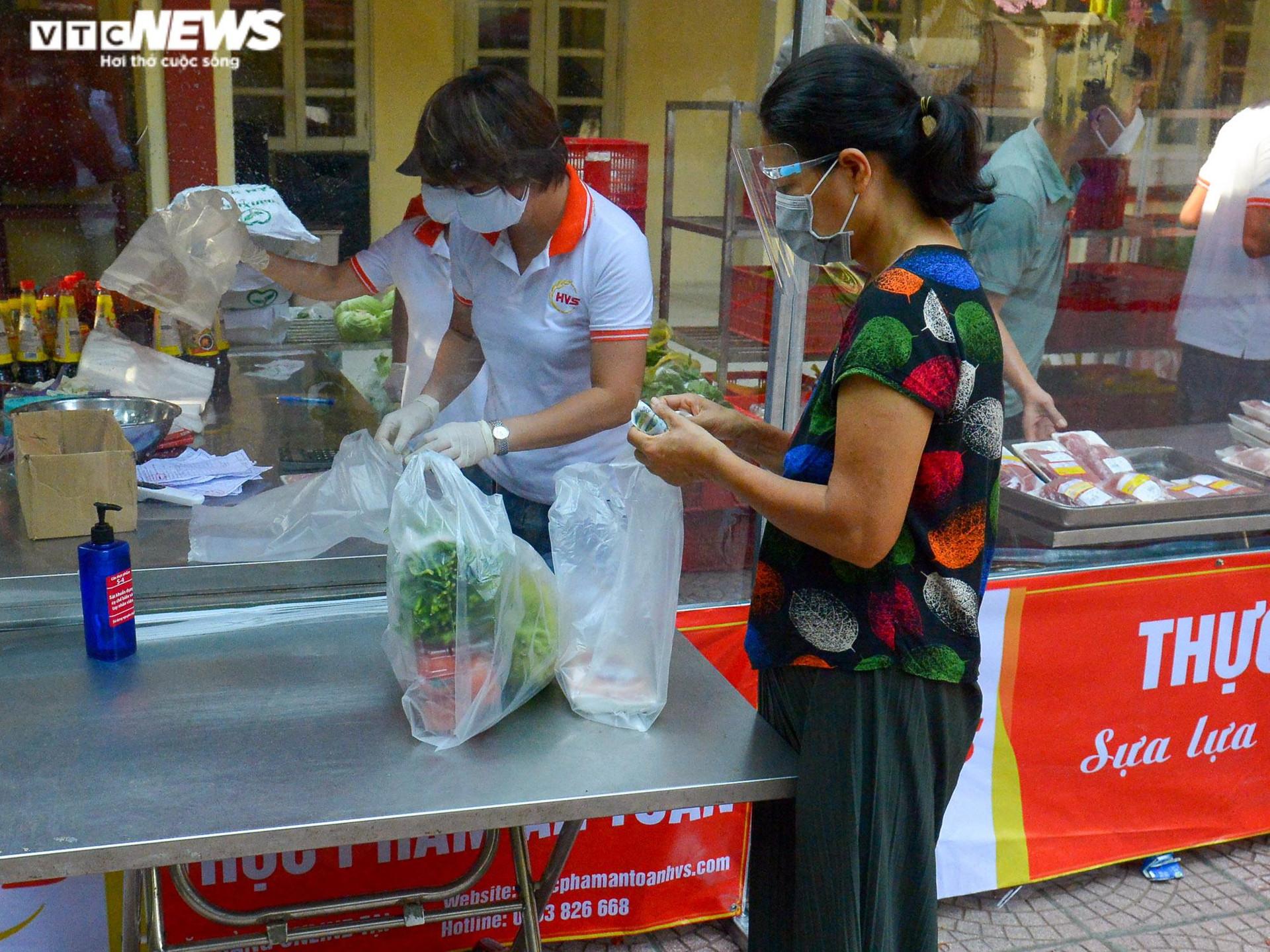 Bên trong điểm bán hàng lưu động mở ngay giữa sân trường ở Hà Nội - 13