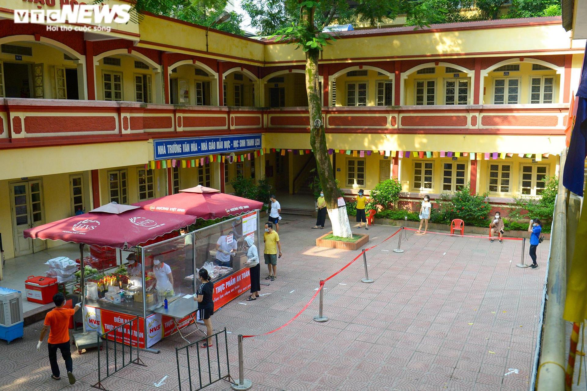 Bên trong điểm bán hàng lưu động mở ngay giữa sân trường ở Hà Nội - 1