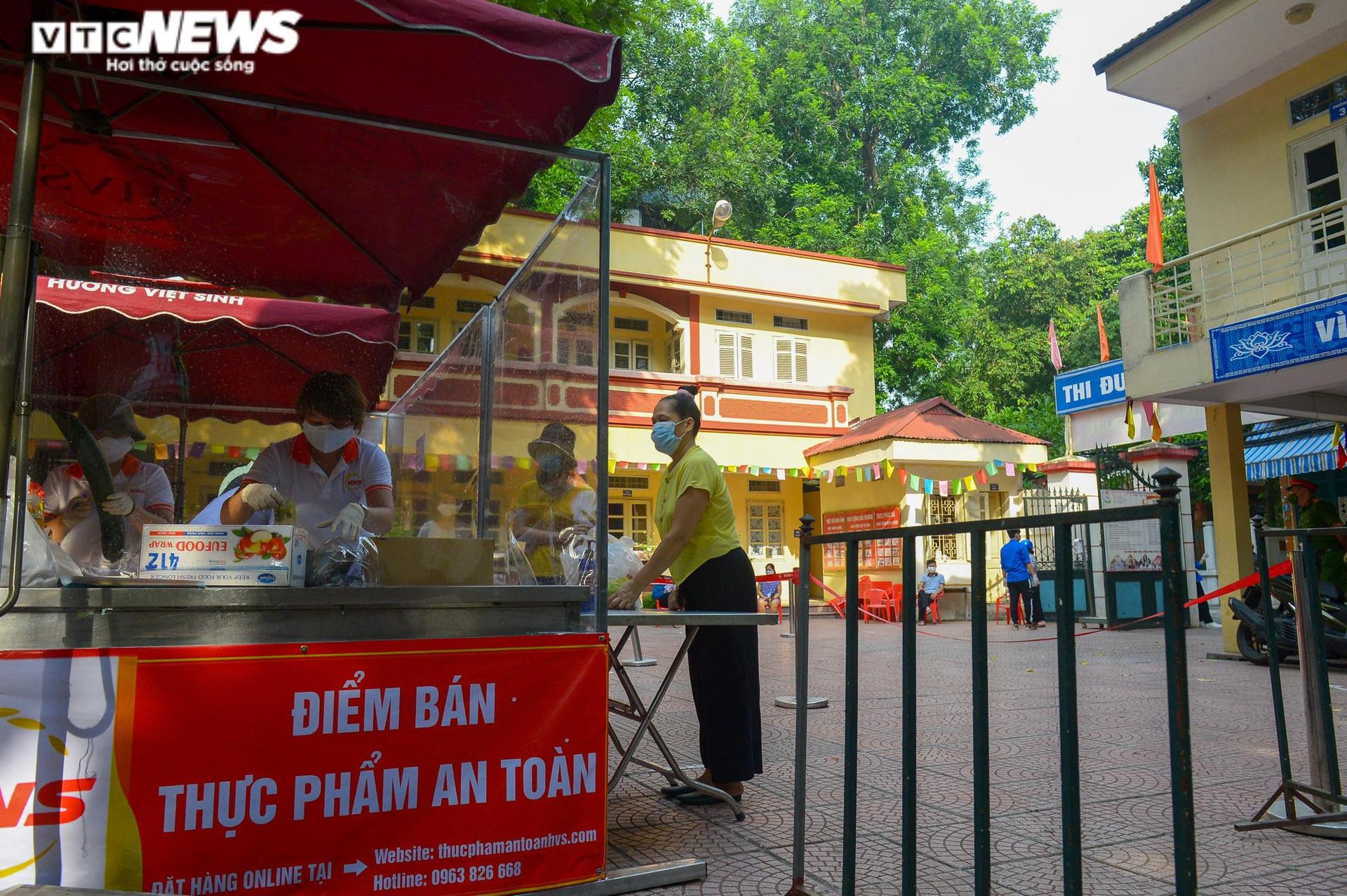 Bên trong điểm bán hàng lưu động mở ngay giữa sân trường ở Hà Nội - 15