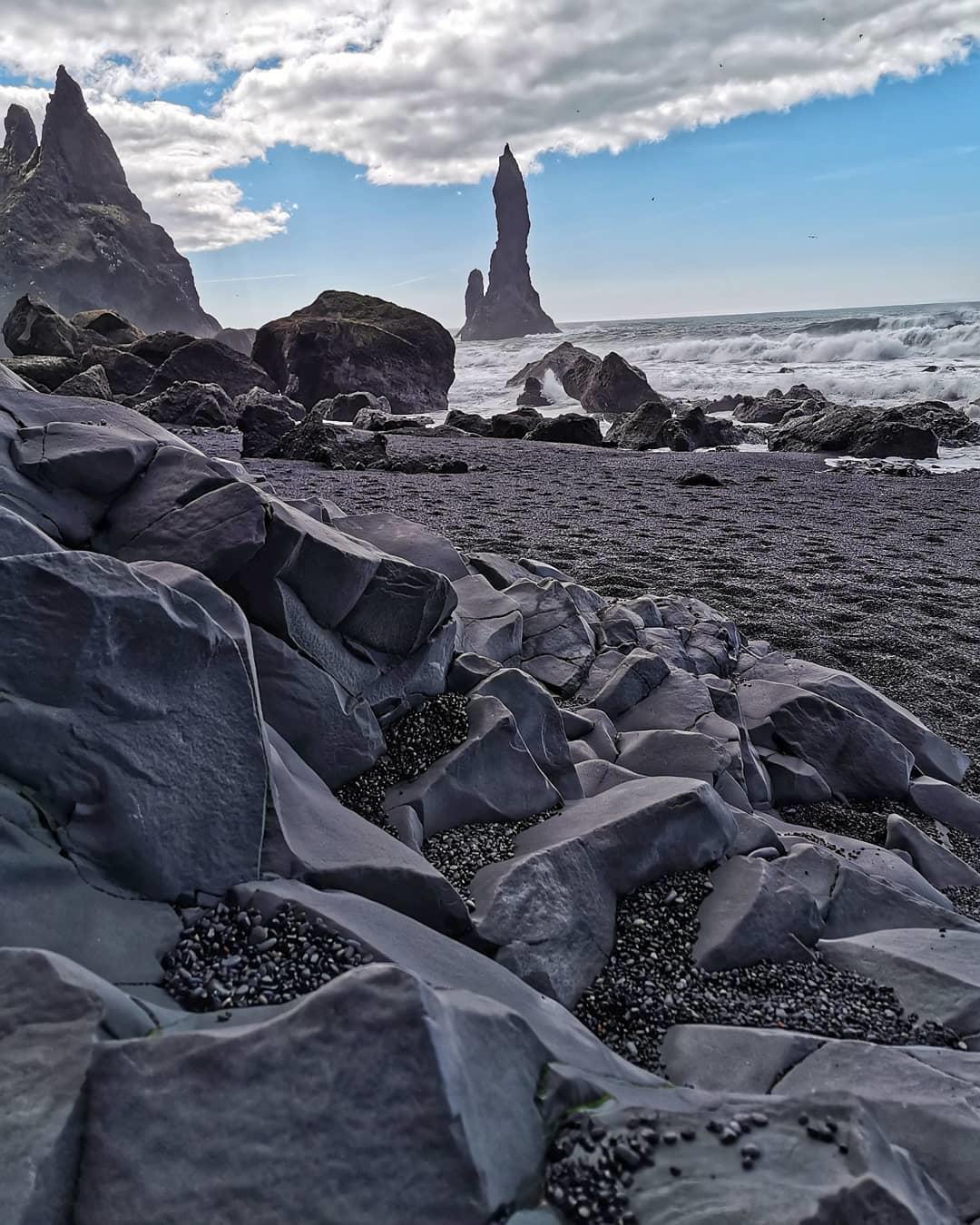 Khám phá bãi biển cát đen bí ẩn nổi tiếng thế giới - 2