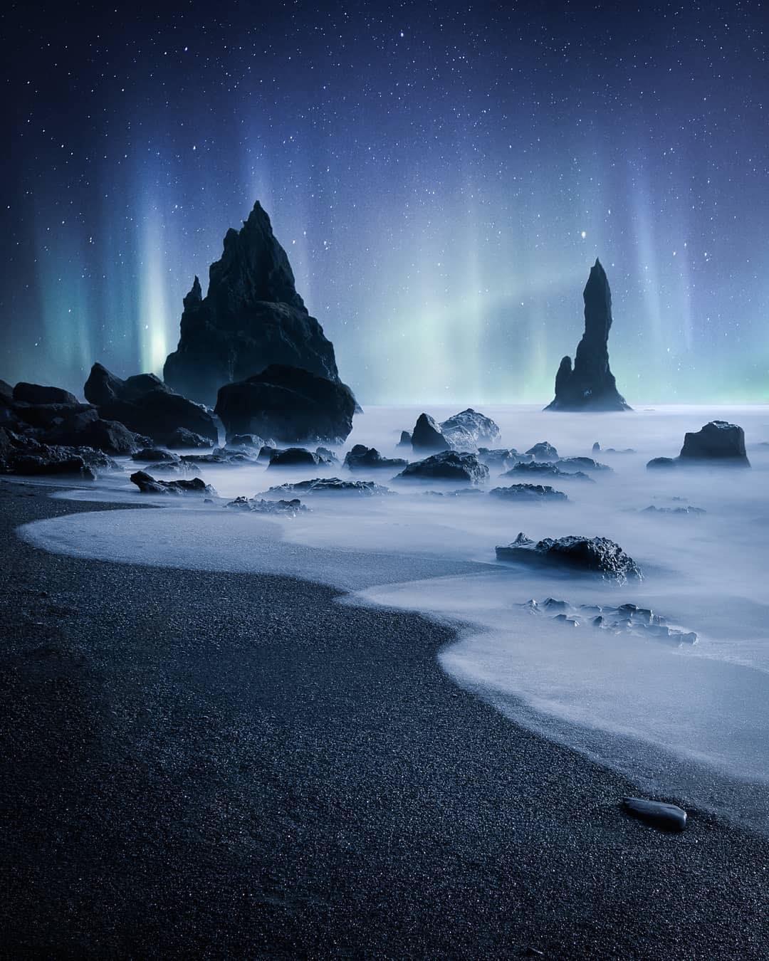 Khám phá bãi biển cát đen bí ẩn nổi tiếng thế giới - 4