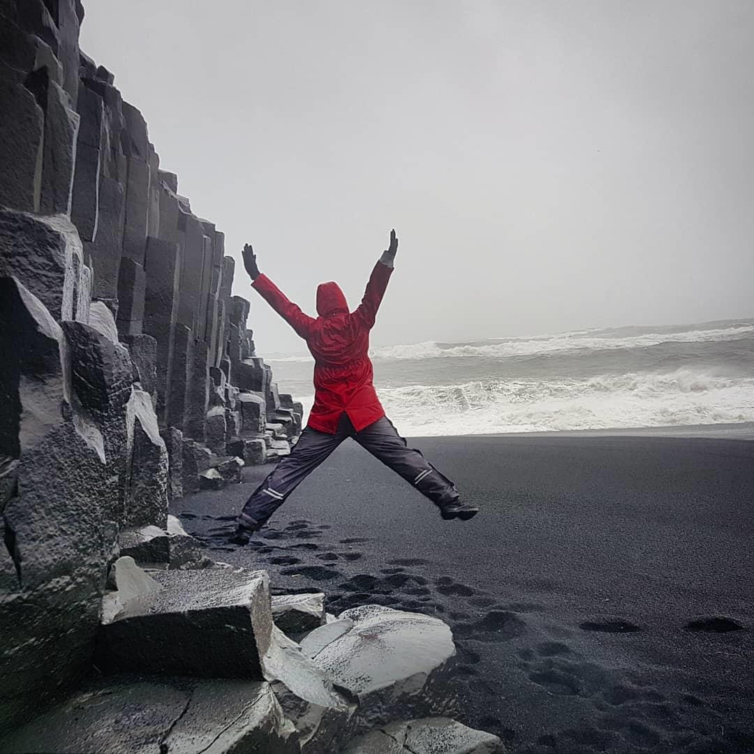 Khám phá bãi biển cát đen bí ẩn nổi tiếng thế giới - 5