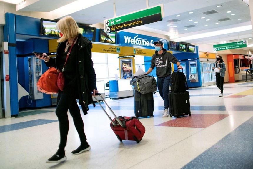 Reuters: Chính quyền Biden lên kế hoạch yêu cầu du khách tới Mỹ phải được tiêm chủng - 1