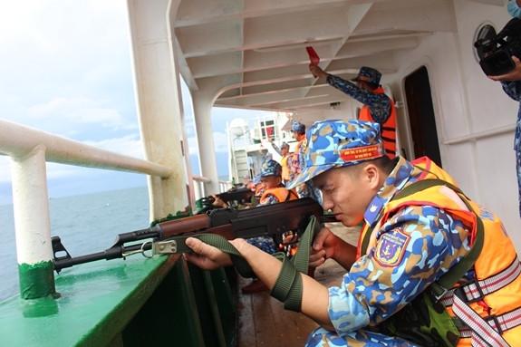 Thực hành bắn AK trên tàu (ảnh QĐND)