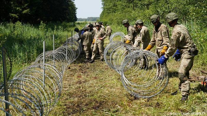 Dòng người di cư đổ bộ, Lithuania chi nghìn tỷ dựng tường rào ngăn cách với Belarus. (Nguồn: Reuters)