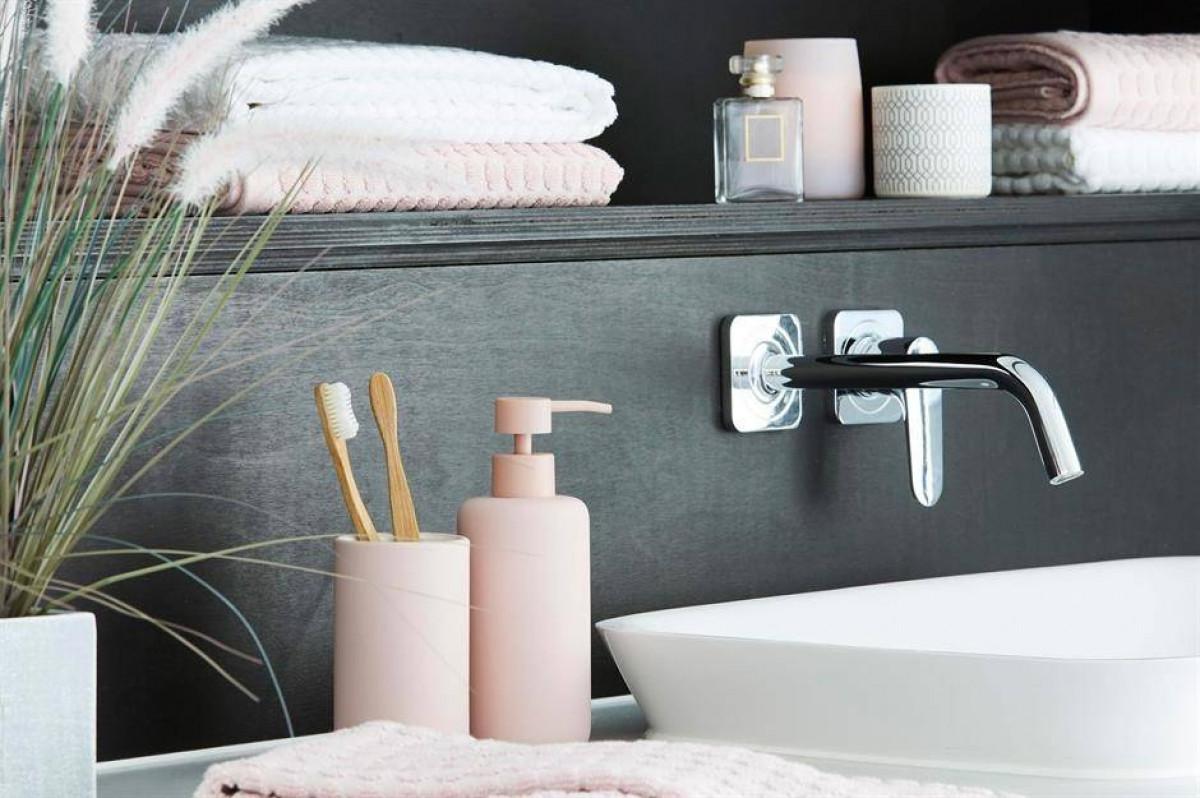 Đừng ngần ngại, tân trang các món đồ hay phụ kiện trong phòng tắm bởi tuy nhỏ nhưng góp phần to lớn trong việc thay đổi diện mạo trong không gian.