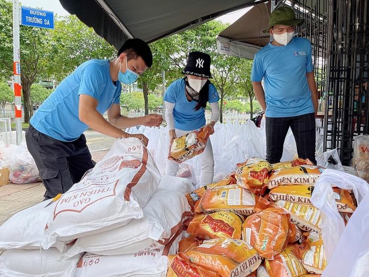 Hoa hậu Tiểu Vy và CLB Suối mát từ tâm chi viện lương thực cho lao động nghèo tại các khu trọ
