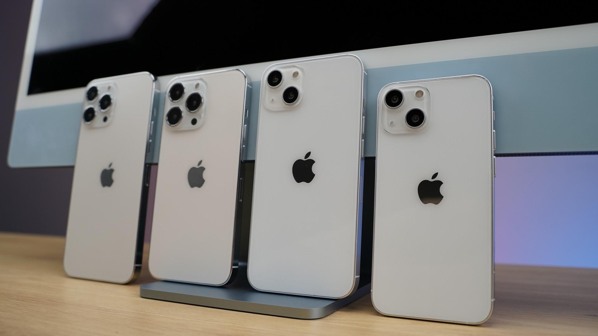 Cận cảnh mô hình 4 chiếc iPhone 13 tại Việt Nam - 2