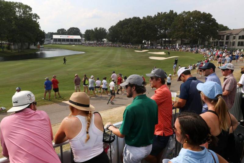 Người hâm mộ theo dõi hố cuối cùng của giải đấu trước trận playoff ba người giữa Sam Burns, Abraham Ancer và Hideki Matsuyama tại World Golf Championships FedEx-St. Jude Invitational. Ảnh: Joe Rondone/The Commercial Appeal