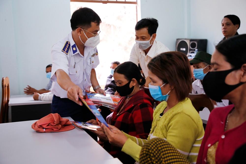 Bộ Tư lệnh Vùng Cảnh sát biển 2 tặng quà hỗ trợ đồng bào khó khăn tại Quảng Nam