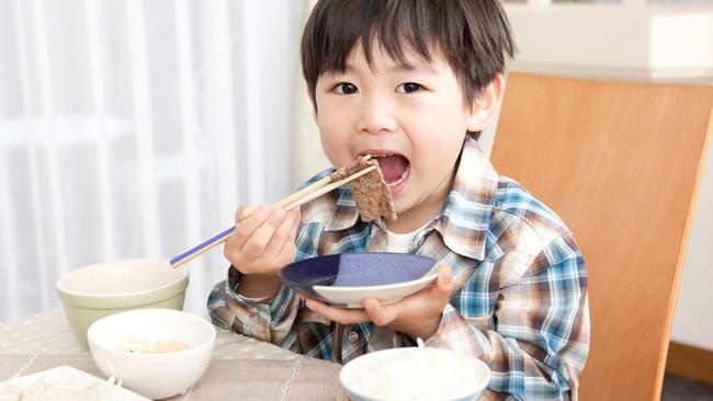 Bác sĩ nhi khuyến cáo 3 loại thức ăn dễ cản trở xương phát triển, bố mẹ cần chú ý-1