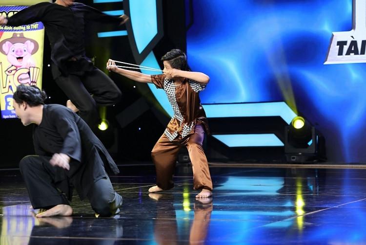 'Siêu tài năng nhí': Vừa nhảy dây, vừa xoay vòng bắn ná, siêu nhí 10 tuổi làm giám khảo hoảng hồn
