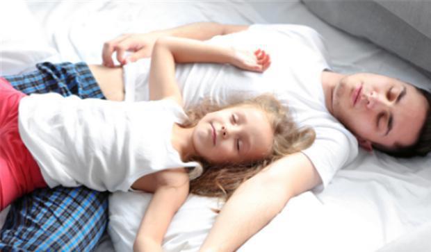 Cho con gái ngủ chung đến 14 tuổi vẫn chưa dứt, ông bố đơn thân hối hận sau khi thấy thứ mình tìm được trong cặp đi học, lời giải thích còn gây sốc hơn-2