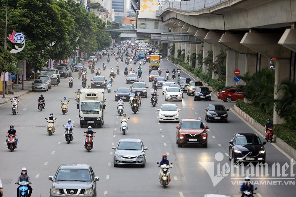 Phố phường Hà Nội lại đông trong ngày giãn cách