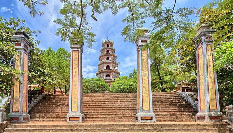 Ngôi chùa cổ kính soi bóng trên dòng sông Hương mộng mơ - 2