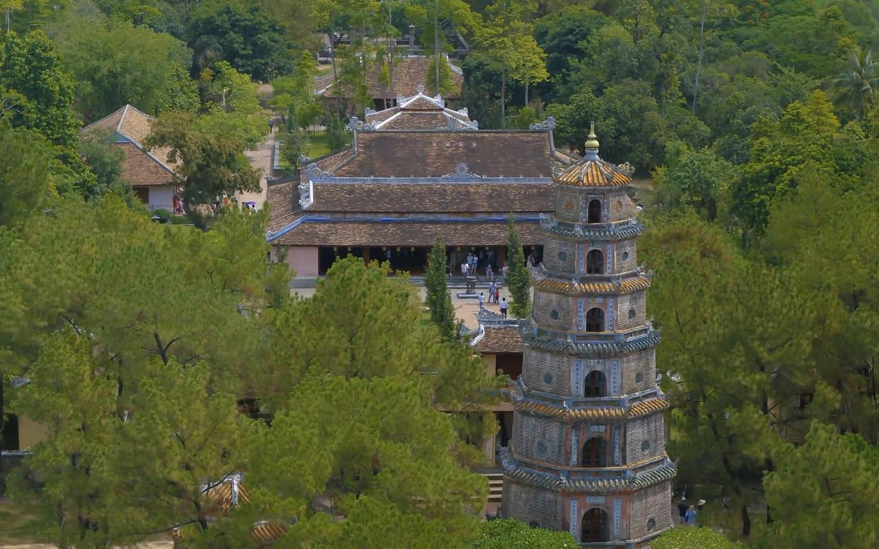 Ngôi chùa cổ kính soi bóng trên dòng sông Hương mộng mơ - 4