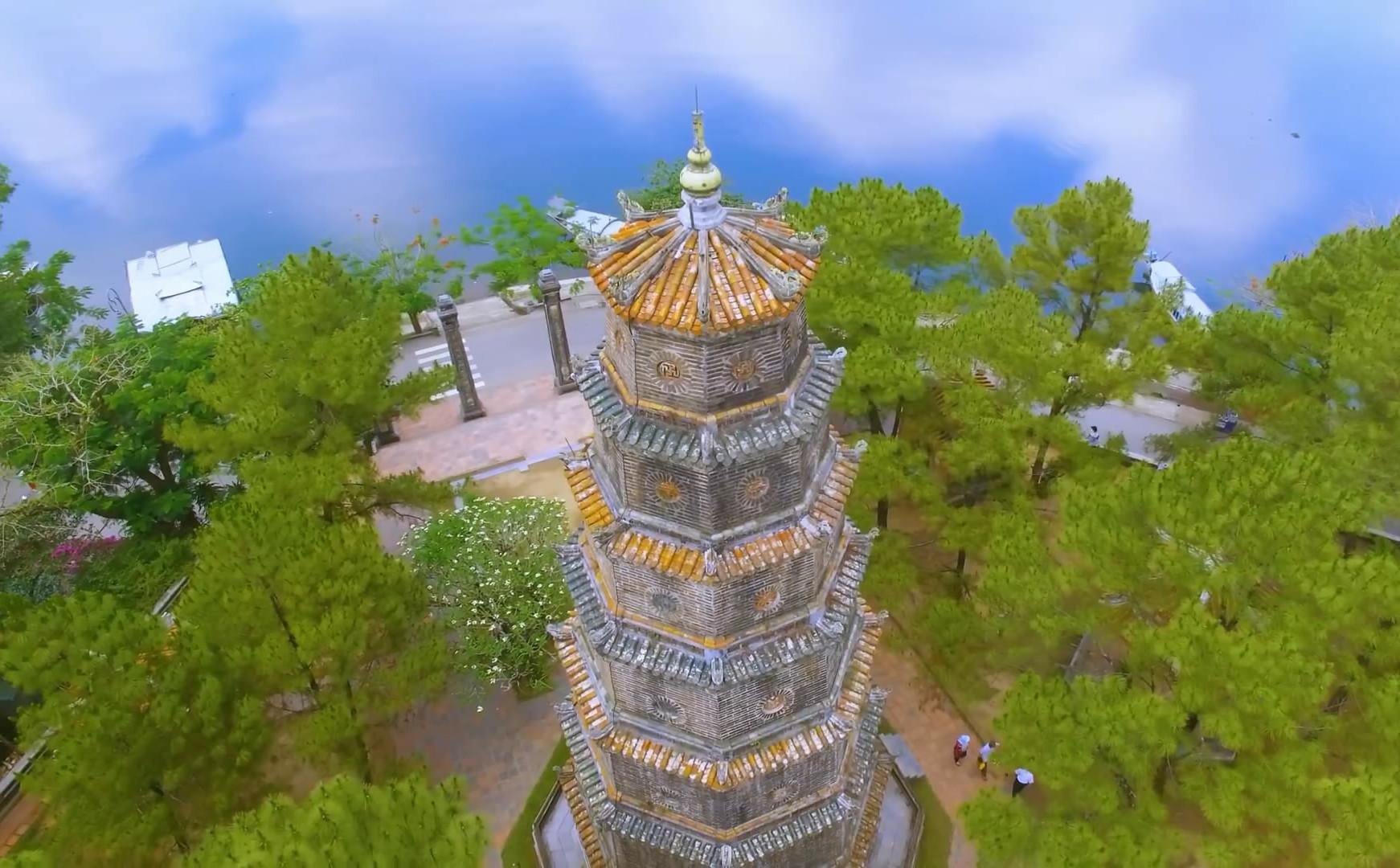 Ngôi chùa cổ kính soi bóng trên dòng sông Hương mộng mơ - 5