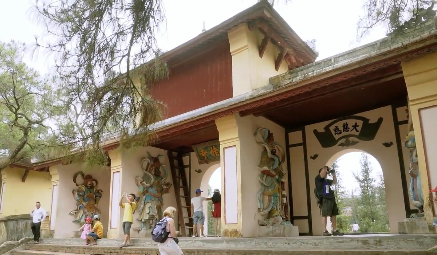Ngôi chùa cổ kính soi bóng trên dòng sông Hương mộng mơ - 6