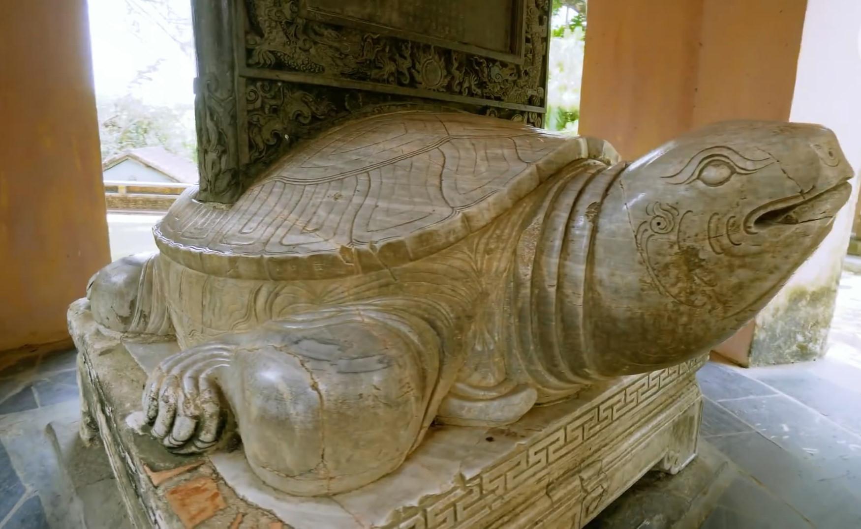 Ngôi chùa cổ kính soi bóng trên dòng sông Hương mộng mơ - 8