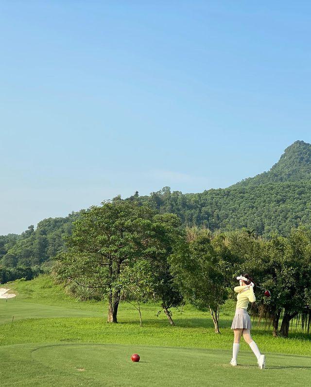Hoa hậu Đỗ Mỹ Linh cũng mới tham gia tập luyện golf. Mặc dù vậy, nàng Hậu xinh đẹp thích ứng khá nhanh.
