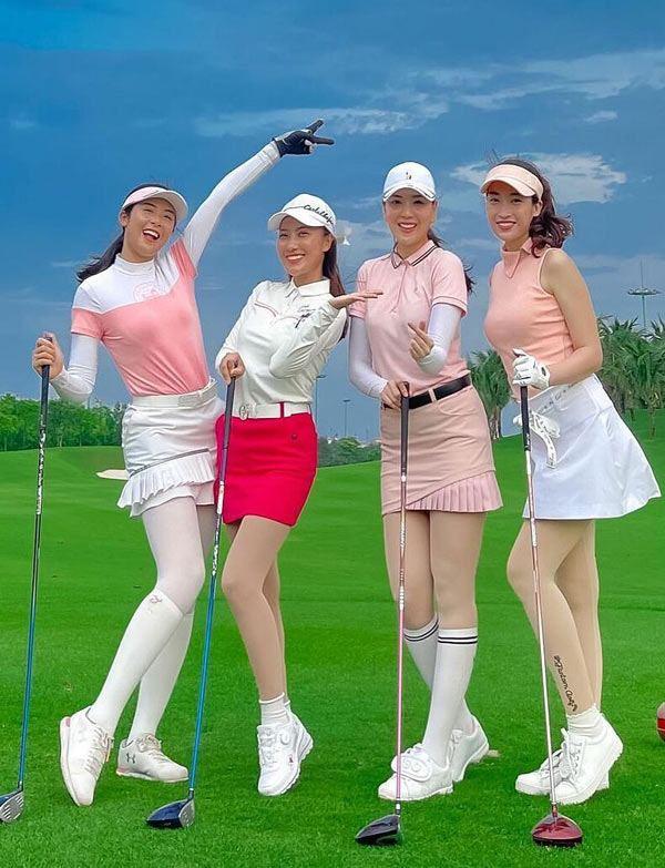 Hoa hậu Đỗ Mỹ Linh (ngoài cùng, bên phải) đi đánh golf cùng hội bạn