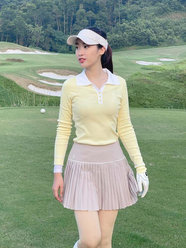 Dù lấn sân vào bộ môn golf khá muộn nhưng Đỗ Mỹ Linh lại nhanh chóng ghi được dấu ấn bởi những set đồ thanh lịch, chỉn chu.