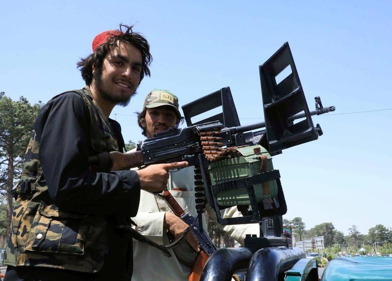 Lực lượng Taliban tuần tra trên một con phố ở Herat, Afghanistan ngày 14 tháng 8 năm 2021. REUTERS / Stringer