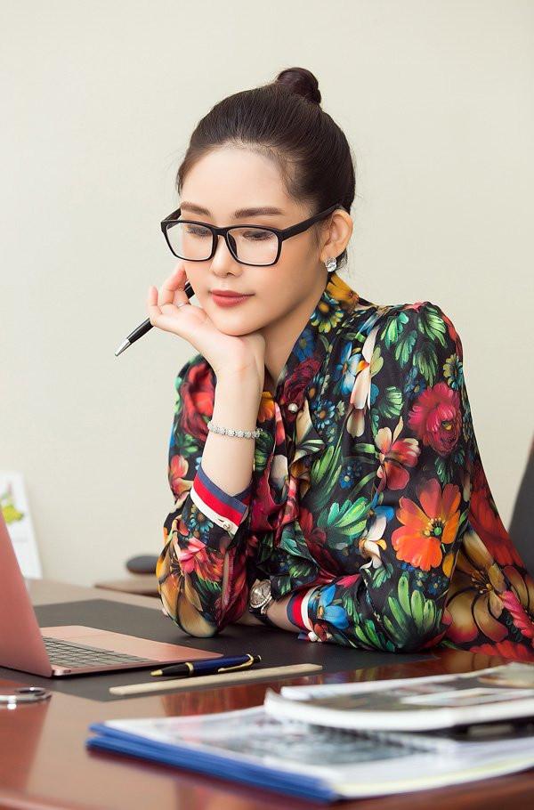 Nữ giám đốc trẻ nhất Đại học Hoa Sen - Lê Âu Ngân Anh mặc đồ cả tỷ đồng khi lên lớp - 9