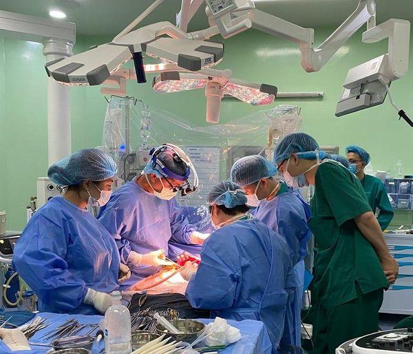 Lần đầu tại Việt Nam: Ghép gan giành lại mạng sống cho bé gái 18 tháng ung thưgiai đoạn cuối - Ảnh 1.