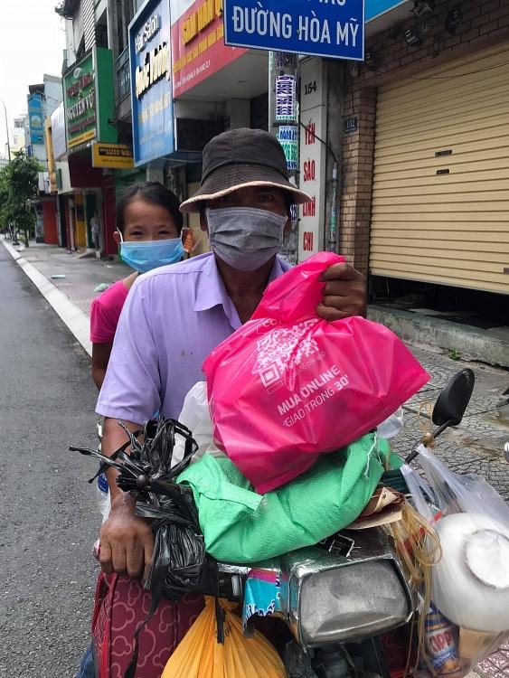 Lý Nguyễn Vương - Tác giả 'Cành khô hoa vẫn nở' tự tay mang thức ăn cho người lang thang, cơ nhỡ trong mùa dịch