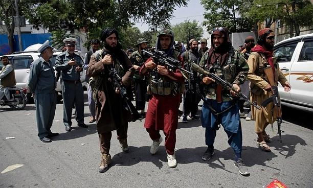 Các tay súng Taliban tuần tra tại thủ đô Kabul ngày 19/8. (Nguồn: AP)