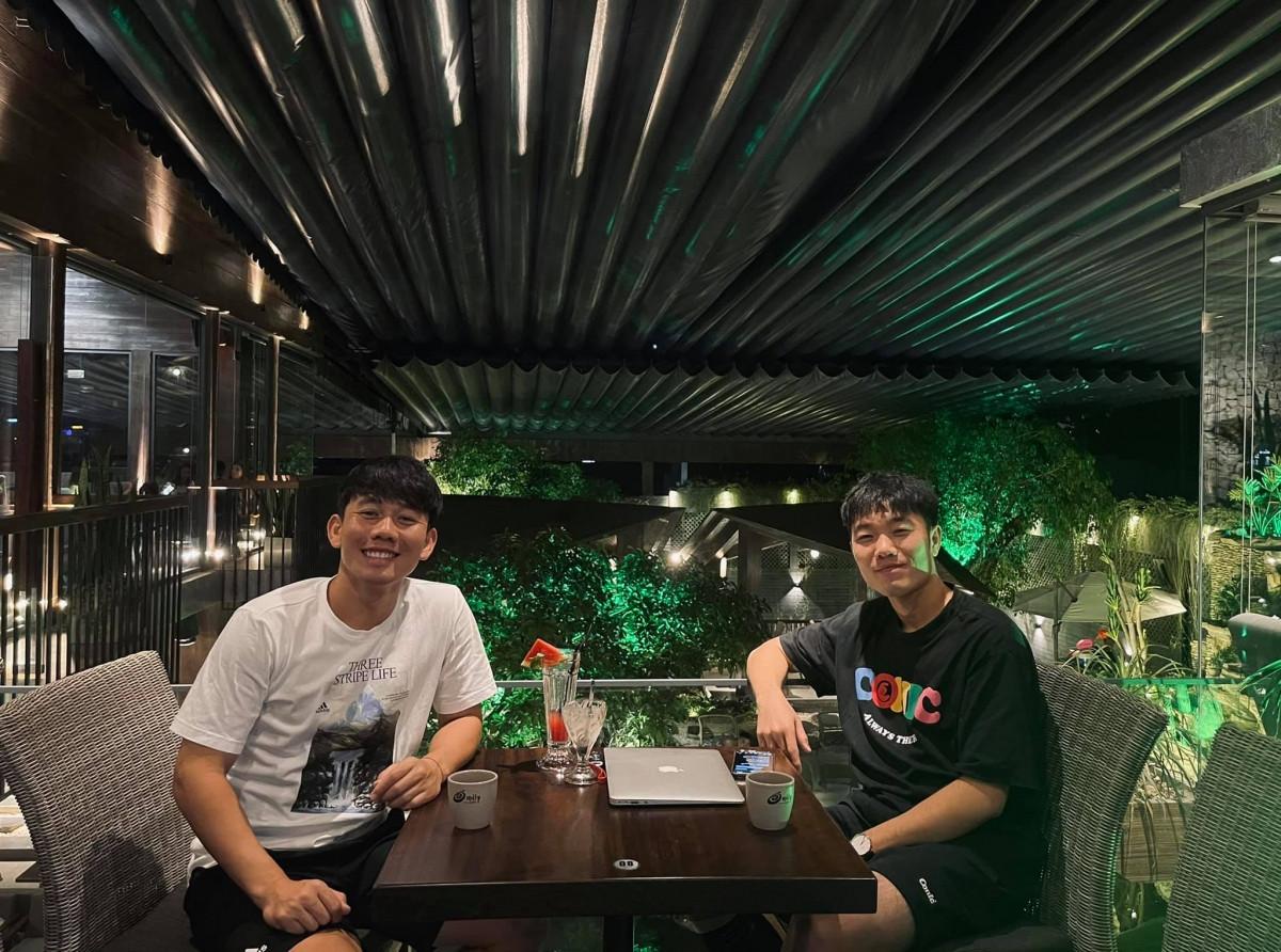 Minh Vương và Xuân Trường thân thiết bên ngoài sân cỏ. (Ảnh: FBNV)