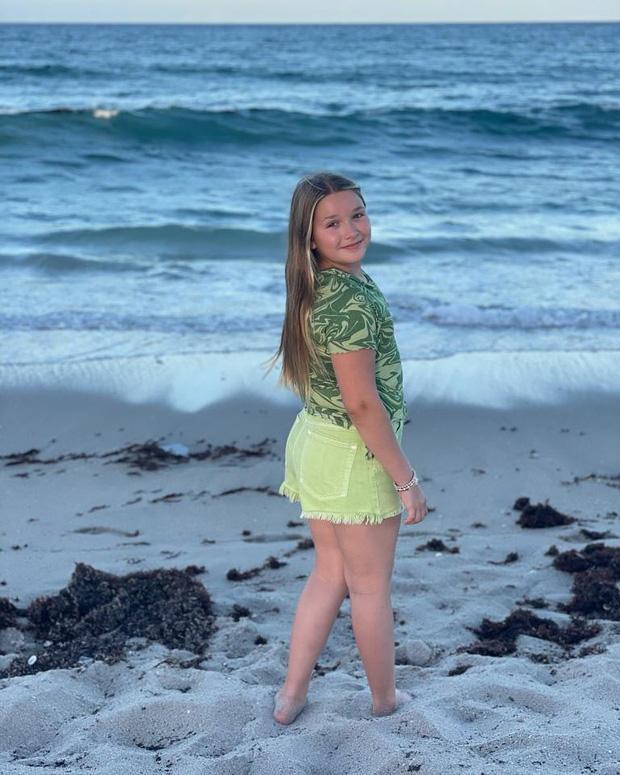 Victoria Beckham đăng ảnh Harper khoe dáng ở biển liền bị body shaming-1