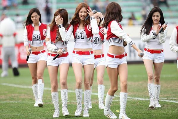 Tại sao showbiz Hàn cấm ca sĩ nữ mặc áo hở rốn biểu diễn?-1