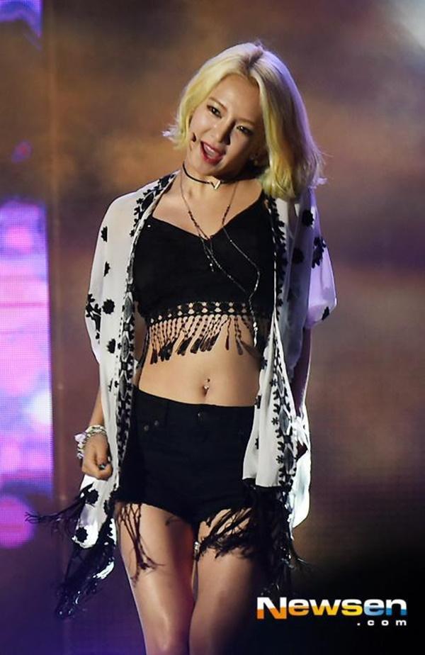 Tại sao showbiz Hàn cấm ca sĩ nữ mặc áo hở rốn biểu diễn?-6