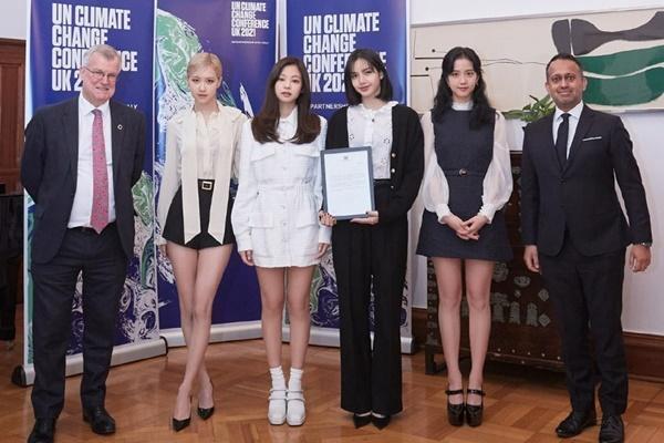 Tại sao showbiz Hàn cấm ca sĩ nữ mặc áo hở rốn biểu diễn?-15