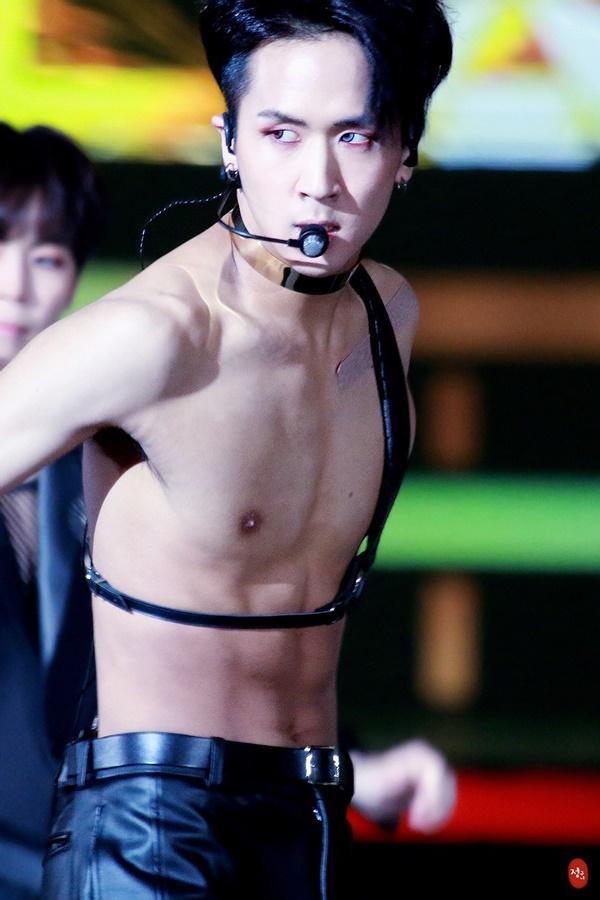 Tại sao showbiz Hàn cấm ca sĩ nữ mặc áo hở rốn biểu diễn?-22