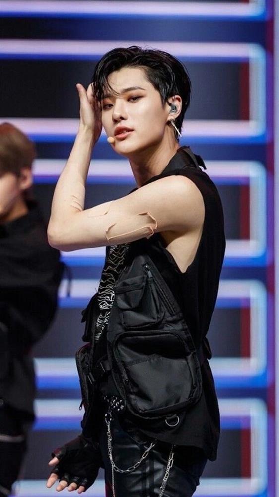 Tại sao showbiz Hàn cấm ca sĩ nữ mặc áo hở rốn biểu diễn?-24