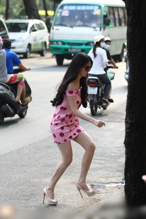 Đang catwalk với bikini ngon trớn, Ngọc Trinh tự nhiên vồ ếch-6