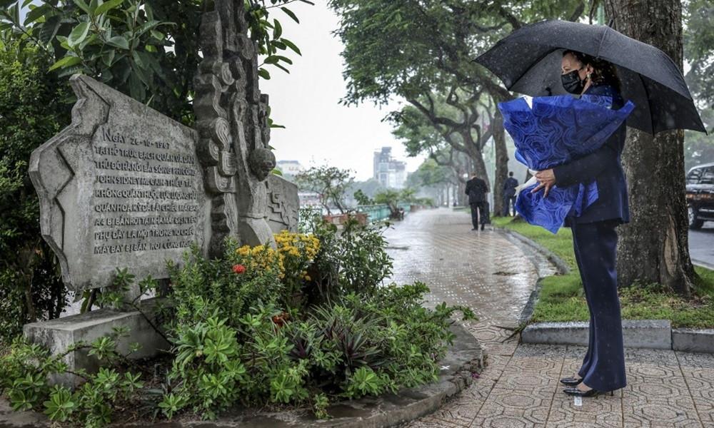 Bà Harris đội mưa tới hồ Trúc Bạch viếng mộ cố thượng nghị sĩ John McCain - 1