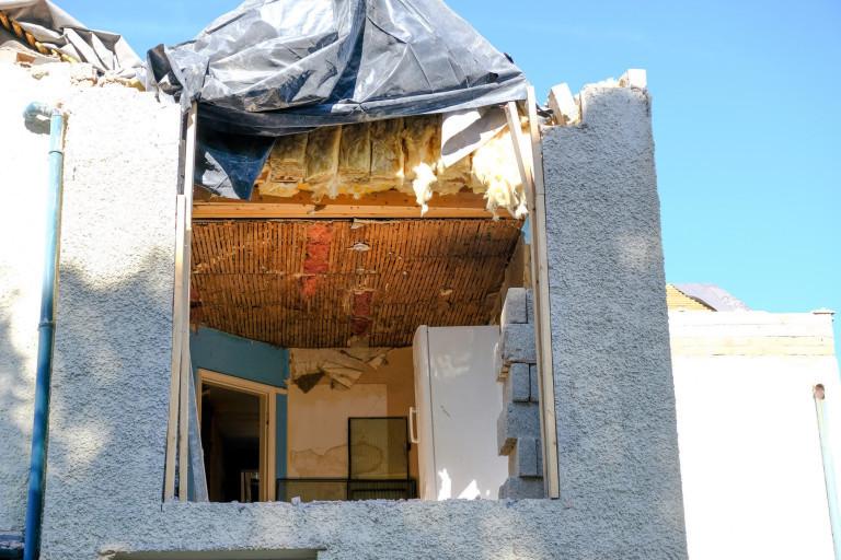 'Hục hặc' tiền bạc, nhà thầu lái máy xúc phá chung cư, thợ xây giật đổ mái nhà