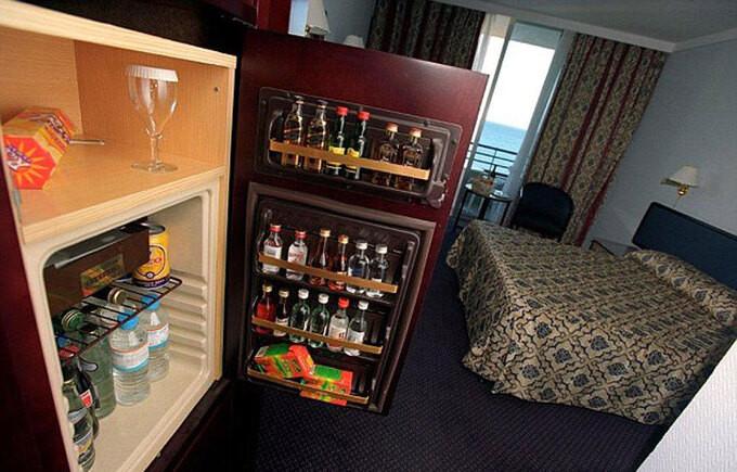 Các món đồ có giá 'không tưởng' trong minibar khách sạn - 2